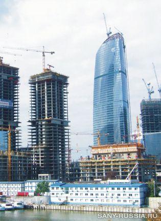 Строительство в Москве, работает бетонораздаточная стрела и бетононасосы SANY