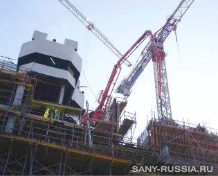 Бетонораспределительная стрела SANY работает на объекте строительства