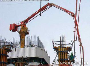 Бетонораспределительная стрела работает на объекте строительства