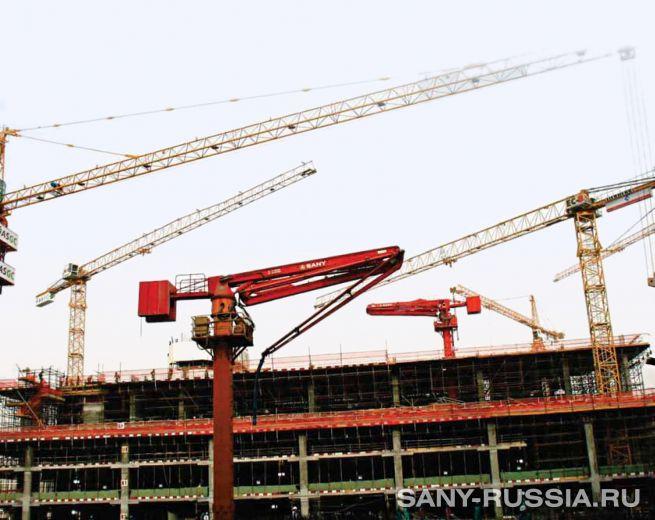 Бетонораспределительные стрелы SANY работают на объекте строительства